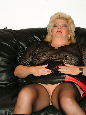 Chubby mature housewife getting off on toys