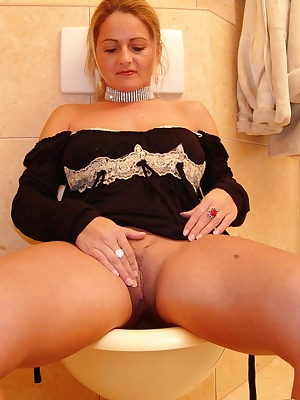 See this mature slut get nasty on the crapper
