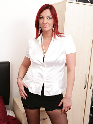 Hot British housewife sure knows how to please herself