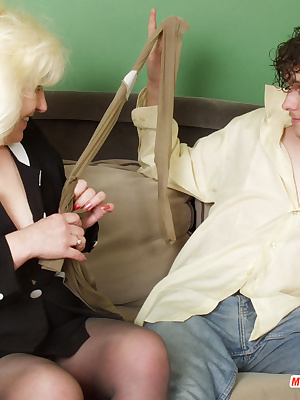 Rosemary&Mike pantyhosefucking attractive mature lady
