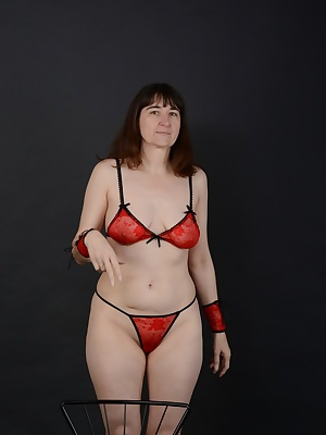 Poses in the studio in fine red lingerie ...Whenever I'm sitting here not on a chair.But a new photographer boyfriend li