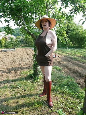 in scantily dressed with my straw hat and my rubber boots, I weed my vegetable garden and I pee.