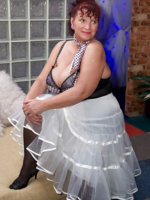 Hi Guys another Photoset of Busty Kim shot at The Studio Igloo near Chelmsford, here shes flashing in her silky mauve po