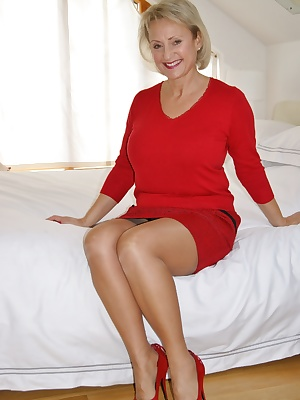 This week you find me on a friends bed in her and her husbands bedroom, if only her husband knew what I was doing, he ha