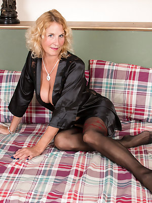 UK Granny Molly Maracas wants to talk dirty to you while she caresses her stockinged legs and hanging bigtit boobs in bed. While this lush cougar is showing you what she likes, she'll slowly peel off her robe and lingerie until she has uncovered the magic