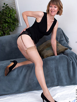 Slim sexy milf Jamie Foster is getting older, but this UK mom won't let that slow down her sexual fantasies. Peeling off her evening gown, she whips out her hanging boobs and plays with her diamond hard nipples, then spreads her thighs for the ultimate ac