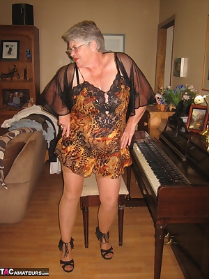 This mature MILF would love to play  with your hard organ.