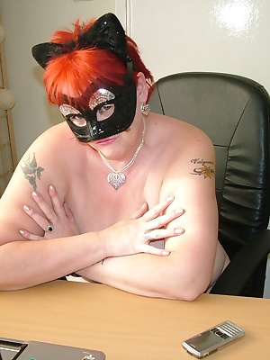 Don't you just love a meaty pussy, especially when she is doing a live cam show for her member's.