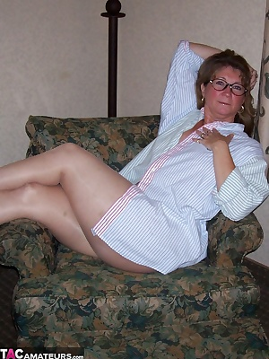 Devlynns at her flirty best with beige pantyhose and her mans shirt. Even resting after a hard day at work, she can brin
