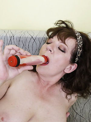 Wrinkly old granny is fingering and masturbating her pussy using sextoys