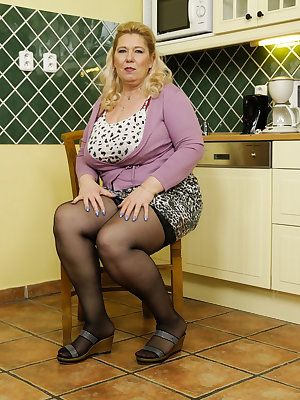 Older mature granny lady solo masturbation pictures collection