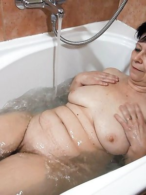 Naughty bath for young and old lesbians with toys