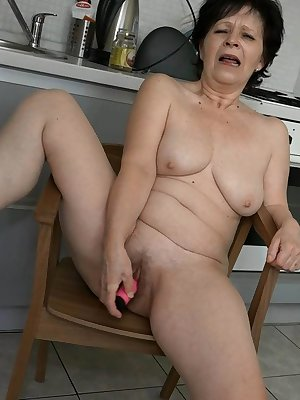 Kinky mature woman using dildo to fuck her hairy pussy