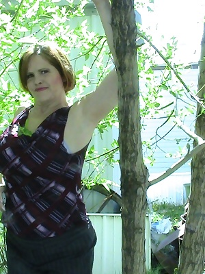 I was feeling very naughty, and the neighbors were nowhere to be seen.  It was so nice outside, and I needed some sunshi