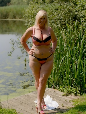 So many nice days to spend by the lake, so much tan topping to achieve. Melody x