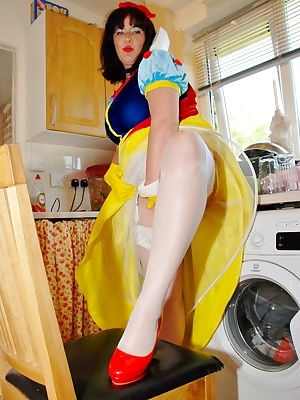 As you all know I am a relly good girl, just like Snow White was.  I even dress up like her sometimes when I am washing