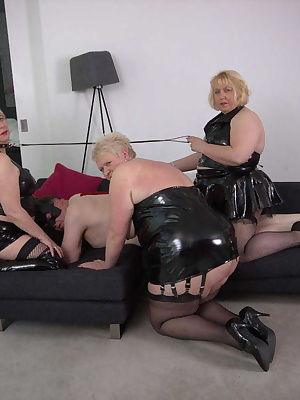 I got together with Speedybe JuicyJulz and Chris the submissive slave.Chris had asked to be dominated by all 3 of us so