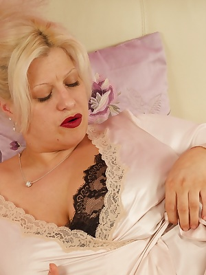 Hi Guys, Didnt take me long to strip off my dressing gown and Black Lacy top and get to work with my Big Black Dildo on