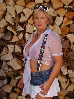 Here Ill show You my outfit for the octoberfest-party. I use to visit the octoberfest every year.