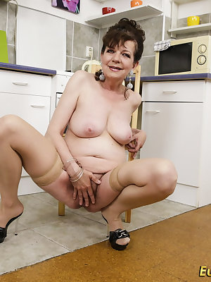 Curvy mature granny lady is fingering and toy masturbating her pussy