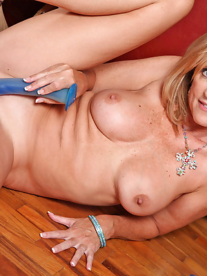 Jodi West: Busty mature blonde rubbing her cunt
