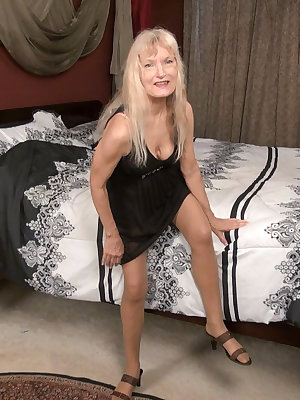 Old mature blonde grannies solo toys masturbation