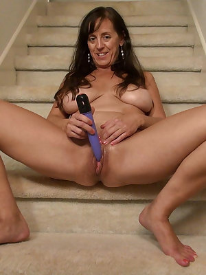 Mature granny is toying and masturbating her pussy