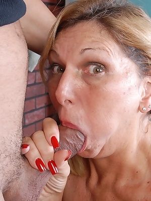 Older blonde woman takes an amazing hardcore anal fucking and cumshot