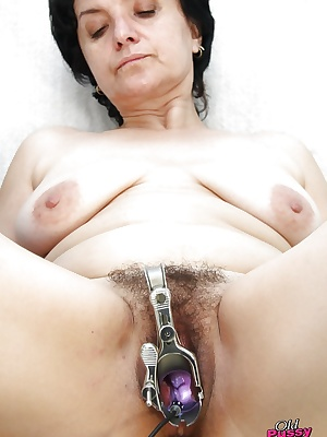 Mature brunette gets her slot stretched and examed by gyno