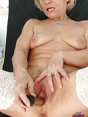 Lusty mature blonde in stockings gets her shaved pussy examed by gyno