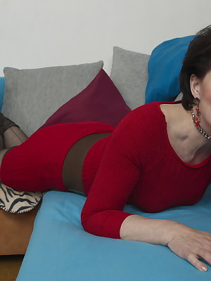 This horny mature slut gets fucked by her younger lover