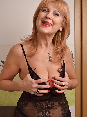 this mature slut loves playing with herself