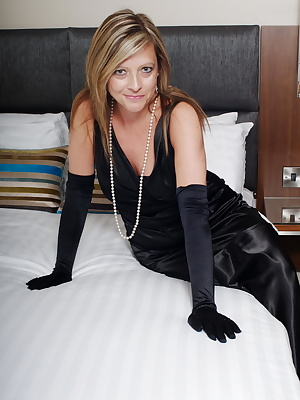 This hot mama loves to please her pussy