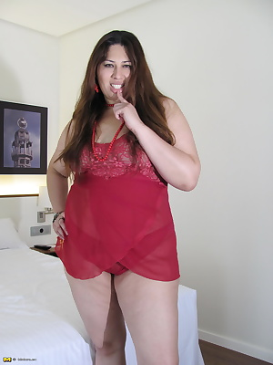 Chubby mama toying with herself