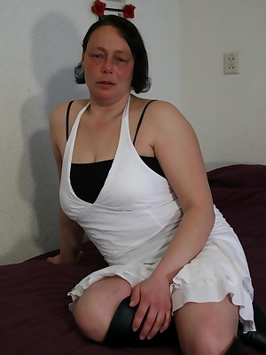 When this housewife gets horny she just uses her fingers
