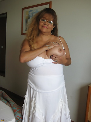 Big mature slut showing off her big tits