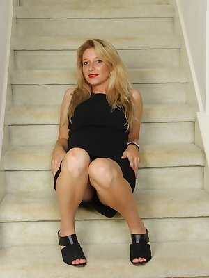 Steamy American MILF playing on the stairway