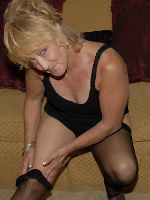 This blonde mature slut really loves the fist